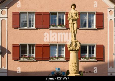 Walenstadt, Sankt Gallen, Schweiz: Altes Rathaus - Kriegerdenkmal - Stockfoto