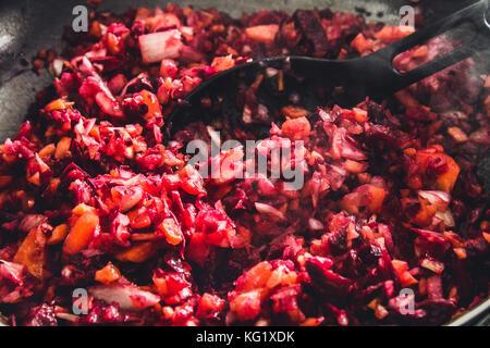 Karotten, Rüben und Zwiebeln in einer Pfanne geröstet auf dem Herd. Zutaten für borsch - Stockfoto