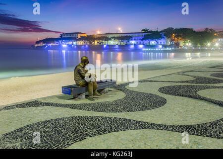 Brasilianische dichter Carlos Drummond de Andrade statue am Strand von Copacabana Bürgersteig, Rio de Janeiro, Brasilien, - Stockfoto