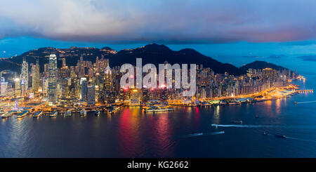 Erhöhte Ansicht, den Hafen und das Zentrum von Hong Kong Island und Victoria Peak, Hong Kong, China, Asien - Stockfoto
