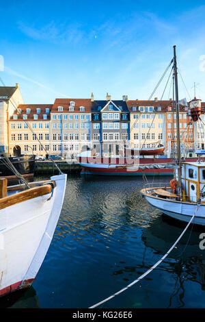 Boote in Christianshavn Kanal mit typischen bunten Häuser im Hintergrund, Kopenhagen, Dänemark, Europa - Stockfoto