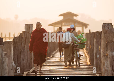 Am frühen Morgen des Fußgängerverkehrs auf u-bein Brücke, amarapura, Mandalay, Mandalay, Myanmar (Birma), Asien - Stockfoto