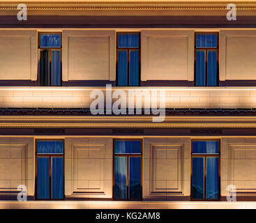 Mehrere Fenster in einer Reihe auf Nacht beleuchtete Fassade der städtischen Bürogebäude Vorderansicht, St. Petersburg, - Stockfoto