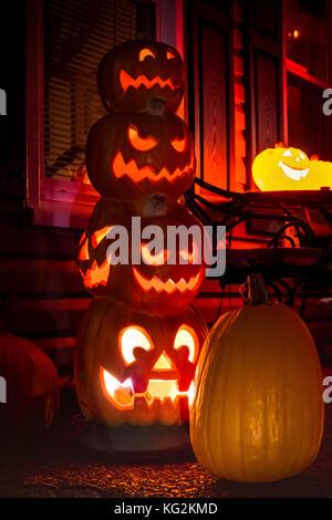 Geschnitzten halloween jack'o'Lantern totem in einer Veranda in nolansville, Tennessee, Oktober 2017 - Stockfoto