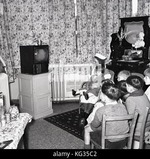 1950, England, TV-Raum in eine Kinderklinik, Gruppe von kleinen Kindern zusammen zu sitzen, einen Fernseher, ein - Stockfoto
