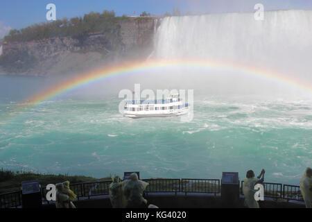 Niagara Falls, Kanada - 29. Mai 2017: Touristen zusehen, wie die Mädchen des Nebels tour Boot nähert sich dem tobenden - Stockfoto