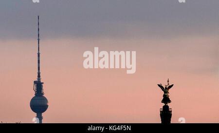 Berlin, Deutschland. 04 Nov, 2017. die Oberseite der Fernsehturm, die siegessäule vor dem Himmel in Berlin, Deutschland, - Stockfoto