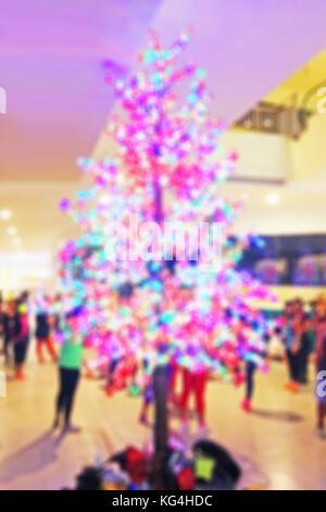 Unscharfer Hintergrund eines Weihnachtsbaum mit schönen Lichter in einem Einkaufszentrum - Stockfoto