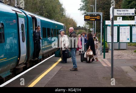 Die Passagiere über an Bord eines Arriva Trains Wales Class 175 Diesel Zug am Bahnhof Church Stretton, Shropshire, - Stockfoto
