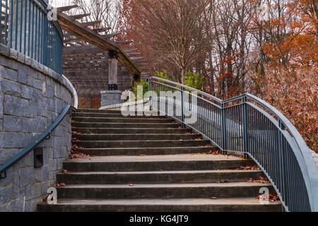Geschwungene Treppe zum Grand Arbor im Piedmont Park im Herbst Tag, Atlanta, USA - Stockfoto