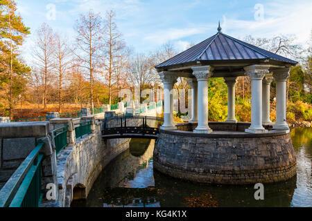 Clara Meer Pavillon und der Brücke über den See Clara Meer in der Piedmont Park im Herbst Tag, Atlanta, USA - Stockfoto