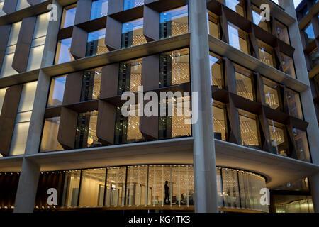 Ein Mitarbeiter mit Bloomberg arbeitet unter Fett, moderne Architektur von Fördert + Partner in neuen des Unternehmens - Stockfoto
