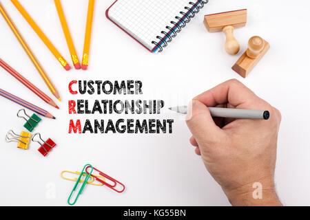 Customer Relationship Management. weiß Büro Schreibtisch, auf dem verschiedene Elemente
