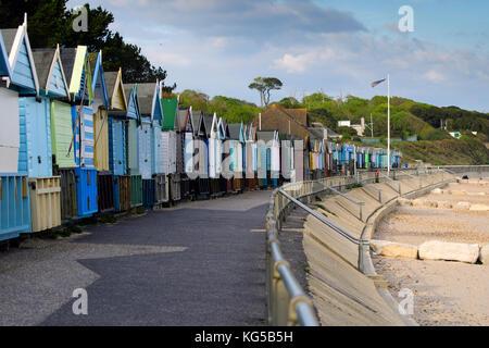 Eine Linie der Umkleidekabinen am Strand entlang der Promenade, Avon Strand, Christchurch, Dorset - Stockfoto