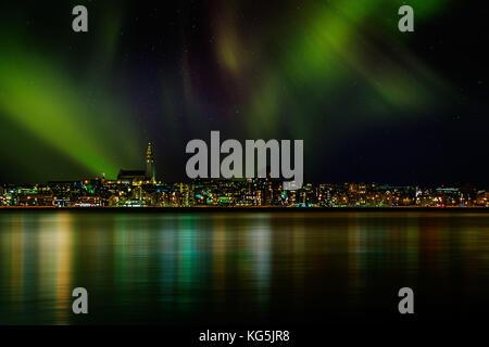 Aurora borealis oder nordlichter über die Skyline von Reykjavik, Reykjavik, Island - Stockfoto