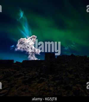 Nordlicht und Sternenhimmel, felsigen lava Landschaft, die Halbinsel Reykjanes, Island - Stockfoto