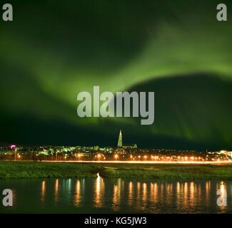Aurora borealis über Reykjavik, Island - Stockfoto