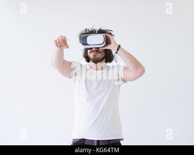 gl cklicher mann erfahrungen mit vr kopfh rer brille der virtuellen realit t zu hause stockfoto. Black Bedroom Furniture Sets. Home Design Ideas