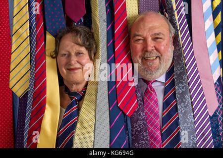 Frank Theak & Roskilly binden Unternehmen, mit Eigentümer John und Carol Mott. - Stockfoto