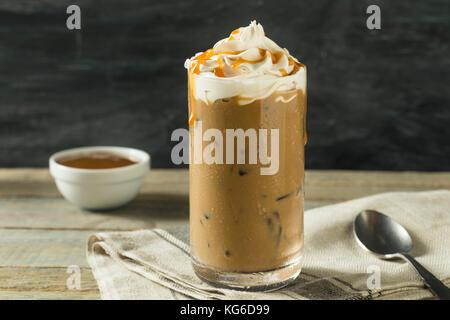 Süße hausgemachte Karamell Iced Latte Kaffee mit Schlagsahne - Stockfoto
