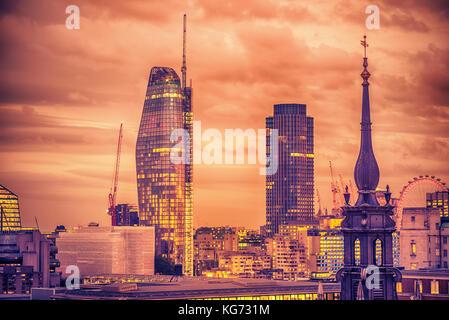 London, Großbritannien - 2 August, 2017: Antenne Nacht Blick auf die Stadt - Stockfoto