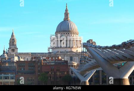 Der Blick auf die Kuppel von St. Paul's Cathedral, Millennium Bridge, London. - Stockfoto