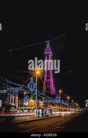 Blackpool Tower und der Promenade während der Blackpool Illuminations - Stockfoto