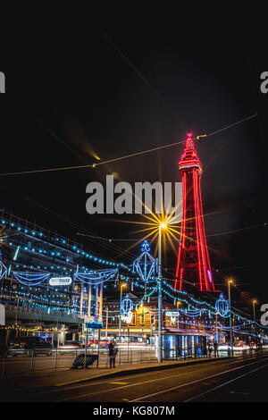 Blackpool Tower und der Promenade während der Blackpool Illuminations - Stockfoto