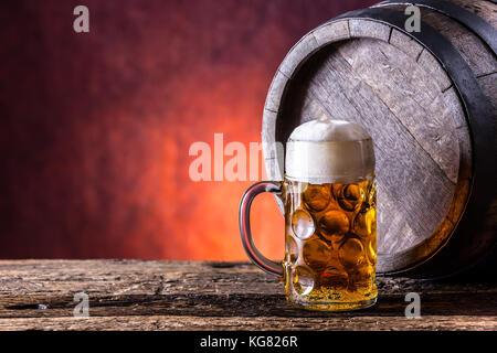 Bier mit Eichenfass. Bier. Entwurf eines Ale. Goldene Bier. golden Ale. Zwei gold Bier mit Schaum auf. Entwurf für - Stockfoto