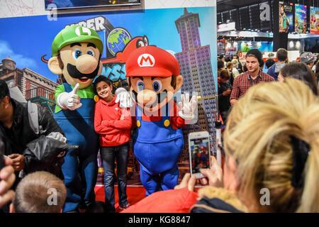 Paris, Frankreich. 4 Nov, 2017. Besucher gesehen, ihre Bilder mit dem Mario Brothers genommen. Das größte Spiel - Stockfoto