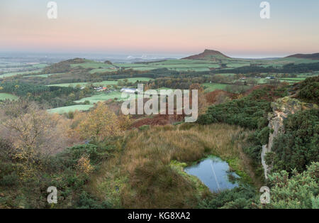 Roseberry topping von Captain Cooks monument - Stockfoto