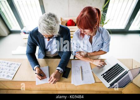 Geschäftsleute im Office Consulting ein Projekt. - Stockfoto