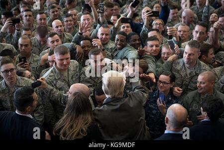 Fussa, Japan. 05 Nov, 2017. US-Präsident Donald Trump grüßt Service Mitglieder nach einer Truppe sprechen bei yokota - Stockfoto