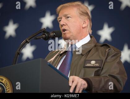 Fussa, Japan. 05 Nov, 2017. US-Präsident Donald Trump Adresse service Mitglieder während einer Truppe sprechen bei - Stockfoto