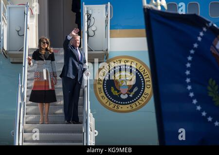 Fussa, Japan. 05 Nov, 2017. US-Präsident Donald Trump und First Lady melania trump Welle wie Sie auf Air Force One - Stockfoto