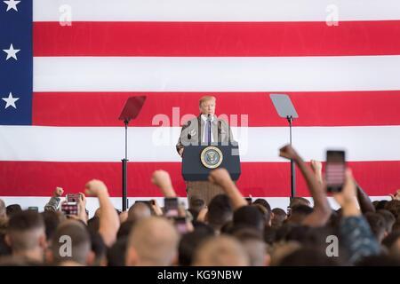 Fussa, Japan. 05 Nov, 2017. US-Präsident Donald Trump Adressen service Mitglieder während einer Truppe sprechen - Stockfoto