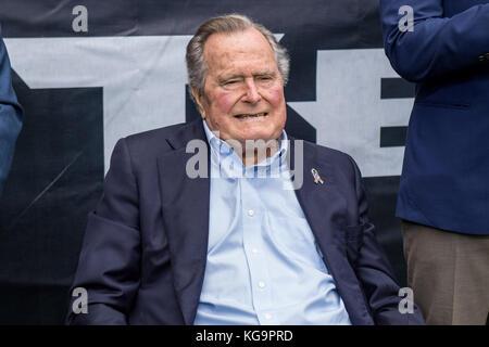 Houston, TX, USA. 5 Nov, 2017. Der ehemalige US-Präsident George H.W. Bush Uhren die Aktion im zweiten Quartal ein - Stockfoto