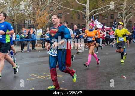 New York, USA. 5 Nov, 2017. die Läufer in der New York City Marathon am 5. November 2017 in der Nähe der 20 Mile - Stockfoto