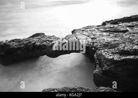Lange Belichtung von Felsen und Meer in der portugiesischen Küste - Stockfoto