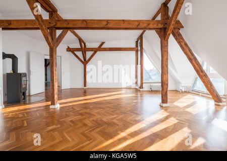 Leeren Loft Zimmer mit Kamin und Holzbalken - - Stockfoto