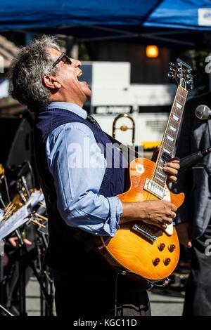 Chris cain spielt Gitarre und singt mit der rodger Fox big band - 60 Monterey Jazz Festival, Kalifornien - Stockfoto