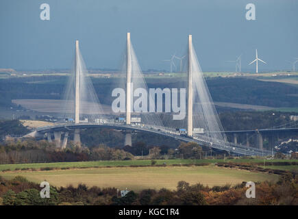 Ein Blick von West Lothian in Richtung Fife zeigt die Queensferry Road Bridge überqueren, die durch die Königin - Stockfoto
