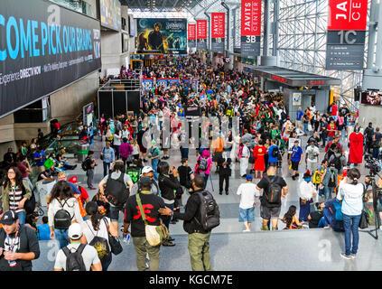 Besucher und Fans nehmen an der New York Comic Con Comic-, Film- und Übereinkommen. - Stockfoto