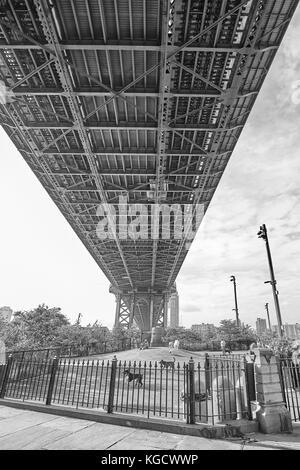New York, USA - 24. Mai 2017: Main Street Hund laufen unter der Manhattan Bridge verbindet das Leben in der Stadt - Stockfoto