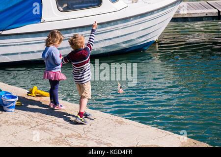 Zwei Kinder Krabben in Padstow Hafen. - Stockfoto
