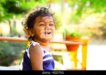 Cute Baby lacht Frontkamera - Stockfoto