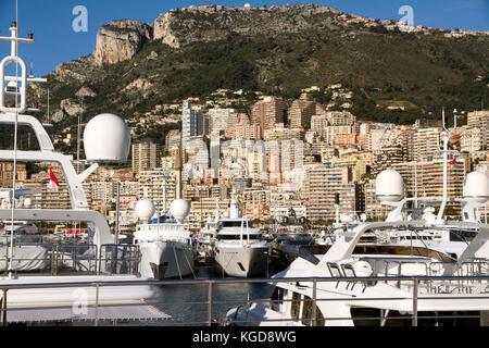 Blick auf den Hafen von Monaco Ville mit seinem Luxus Schiffe in die Französische Riviera - Stockfoto