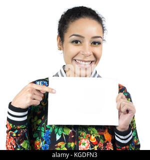 Nette und freundliche Frau hält ein leeres Zeichen. Platz für Text und Inhalt der Werbung. Sie lächelt und zeigt - Stockfoto