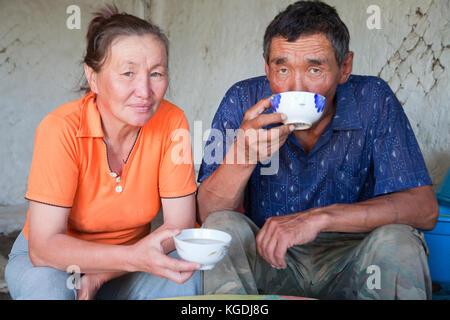 Ein Mann und eine Frau asiatischer Aussehen haben Tee zu Hause. - Stockfoto