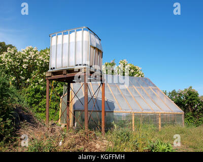 Hausgemachte Wasserturm Aus Kunststoff Behälter Auf Metall Steht Für  Gewächshaus Bewässerung   Stockfoto